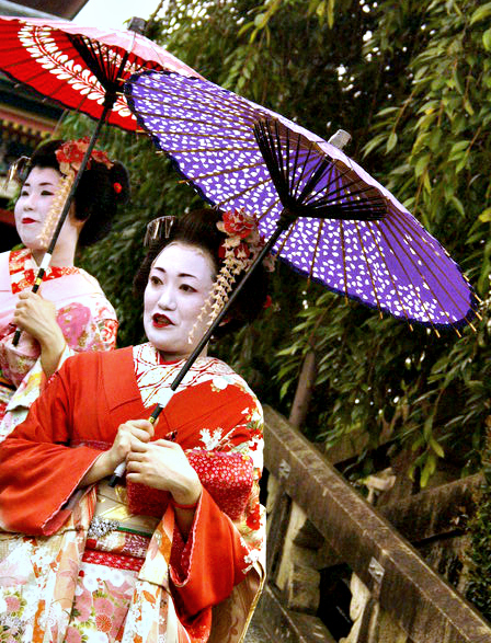 Geishas (meaning performing artists). Photo by Ovidiu Balaj