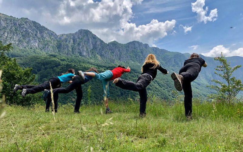 Câteva mișcări de yoga la înălțime.