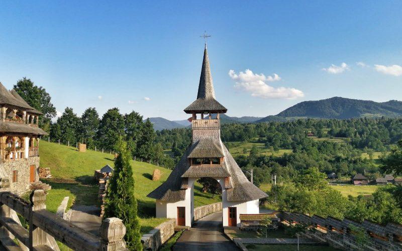 Intrarea în curtea bisericii din satul Botiza.