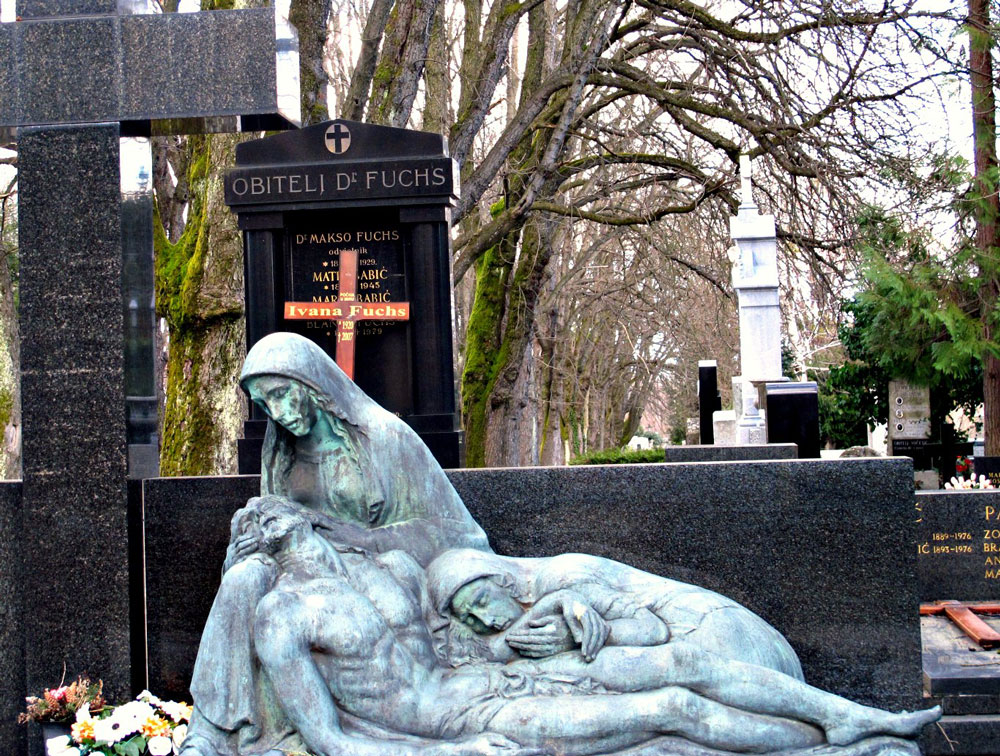 Splendid sculpure on a grave. Photo by Ng Siew